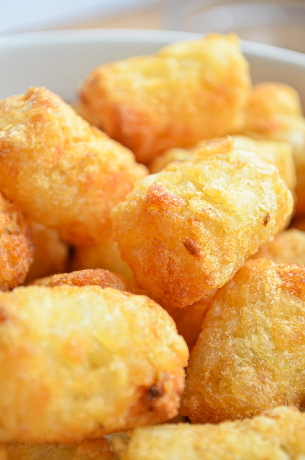 A bowl of cooked golden tater tots.